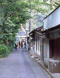 JR東海・中央本線(中央西線)・定光寺駅、駅の下にある集落