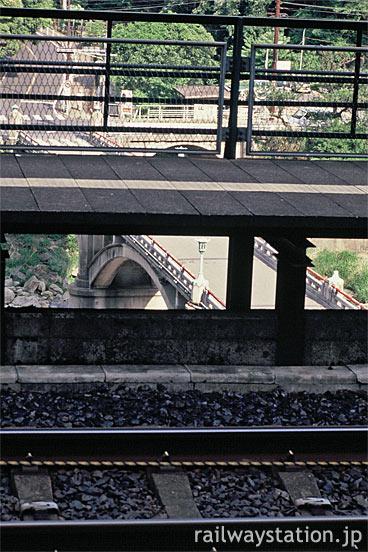 中央本線の秘境駅・定光寺駅、崖っぷちのホーム越しに駅前を見下ろす