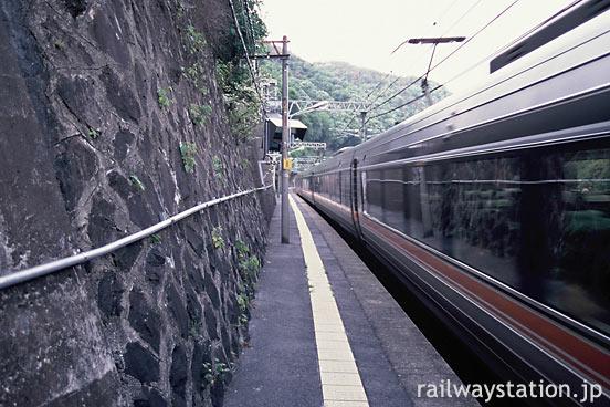 JR東海・中央本線・定光寺駅、狭い下りホームを特急しなのが通過