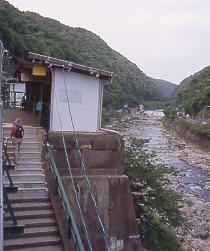 JR東海・中央本線(中央西線)・定光寺駅、待合所と渓流
