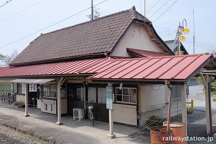 上信電鉄・上州一ノ宮駅、急角度の半切妻屋根の木造駅舎