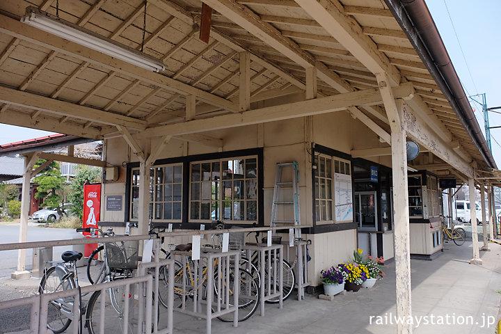 上信電鉄・上州一ノ宮駅、木造駅舎らしい佇まいが印象的なホーム側