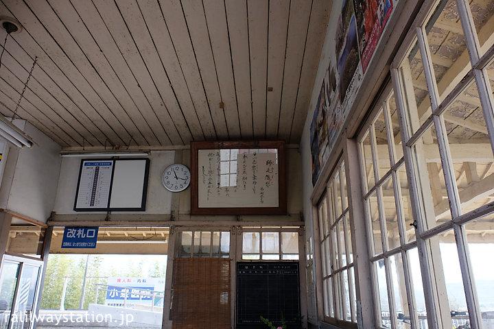 上信電鉄・上州一ノ宮駅、天井や窓枠も木のままの待合室