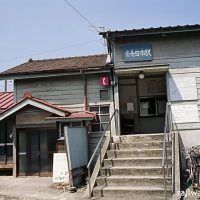 上信電鉄・上州七日市駅、駅員宿舎付きの木造駅舎