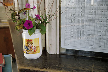 上信電鉄・上州七日市駅、窓口に置かれた生花