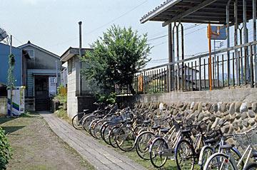 上信電鉄・上州七日市駅、駅舎北側出口と自転車置場
