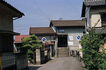 上信電鉄・上州七日市駅、駅舎は家屋に挟まれて立地