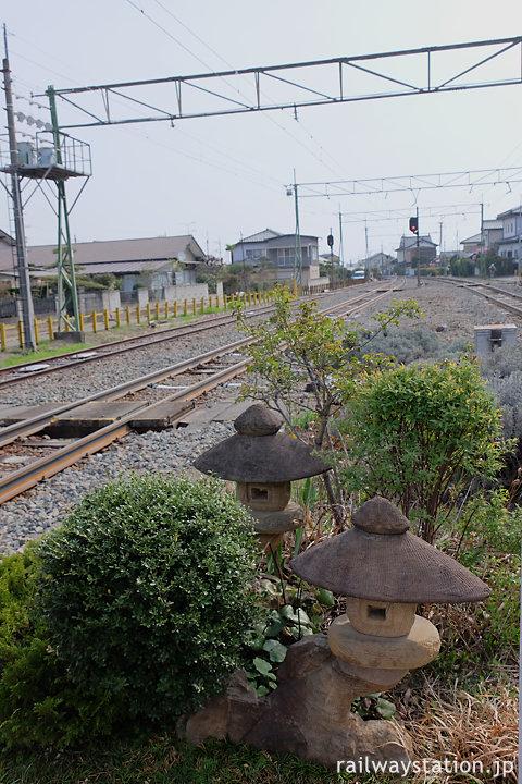 上信電鉄・吉井駅、構内踏切横の庭園風の空間