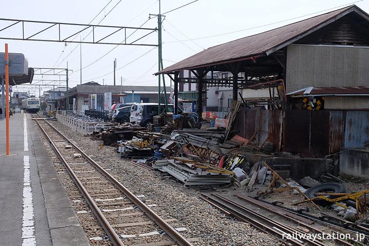 上信電鉄・吉井駅、保線用具置場となった側線ホーム跡