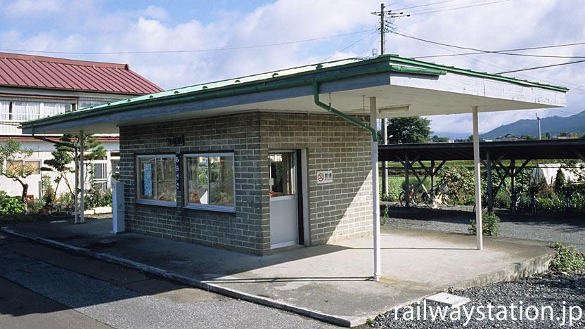 岩手県遠野市にある釜石線・青笹駅、古いレンガ造りの簡易駅舎