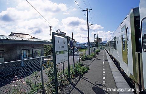 JR釜石線・青笹駅、ホームに入線したキハ100系気動車4両の普通列車