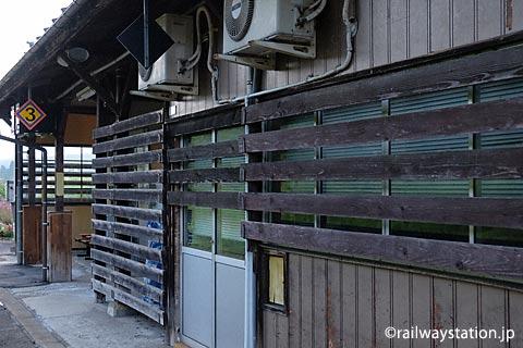 冬は雪深い飯山線・越後岩沢駅、駅舎の雪囲い