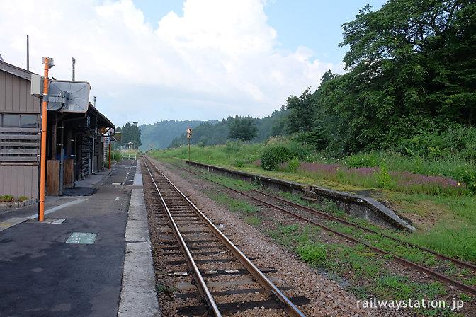 飯山線・越後岩沢駅、廃止されたプラットホームが残る