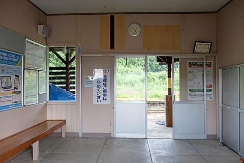 JR飯山線・越後岩沢駅の木造駅舎、待合室