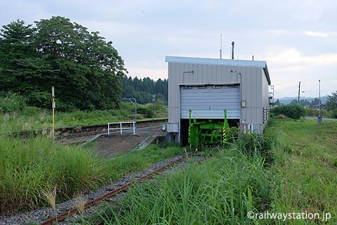 飯山線・越後岩沢駅、側線跡の車庫
