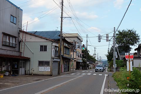 飯山線・越後岩沢駅、駅前の国道117号線