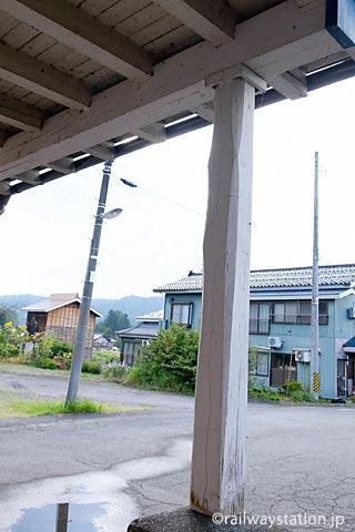 飯山線・越後岩沢駅の木造駅舎、車寄せの柱