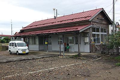 JR東日本・五能線、藤崎駅の木造駅舎ホーム側
