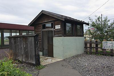 JR五能線・藤崎駅、古めかしい木造のトイレ