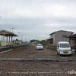 JR五能線・藤崎駅、ホームと広い側線跡、木造駅舎
