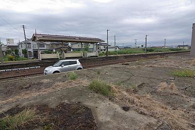 JR五能線・藤崎駅、貨物用ホーム跡とプラットホーム