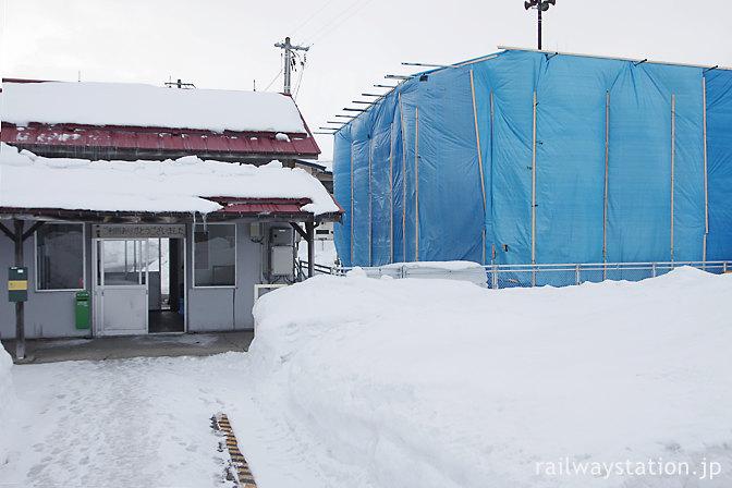 2012年2月、冬の五能線藤崎駅、トイレ建替え中
