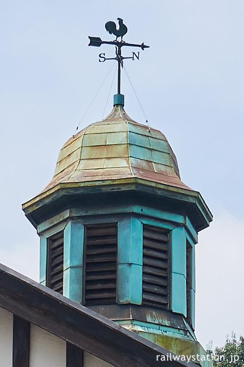 大正の洋風木造駅舎の原宿駅、小さな塔と風見鶏