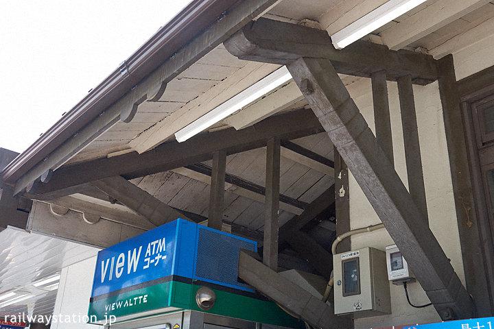 JR東日本・原宿駅、木造駅舎らしい軒の造り。