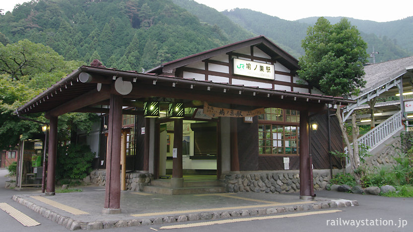 JR東日本青梅線・鳩ノ巣駅、昭和19年築の山荘風木造駅舎