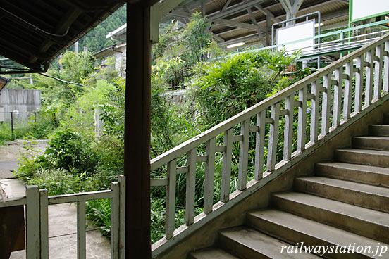 JR青梅線・鳩ノ巣駅、駅舎とホームの間の階段・木の手摺り