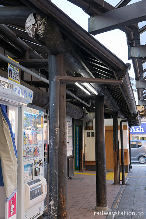 JR中央本線・日野駅の木造駅舎、丸太を使った庇の柱