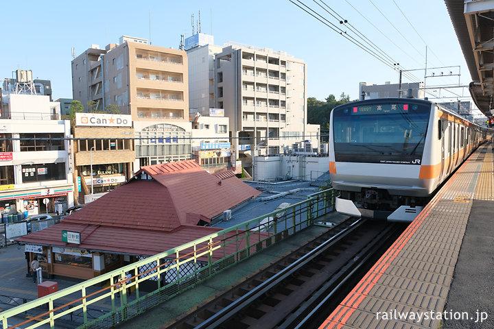 JR中央本線・日野駅、高架のホームから見た駅舎