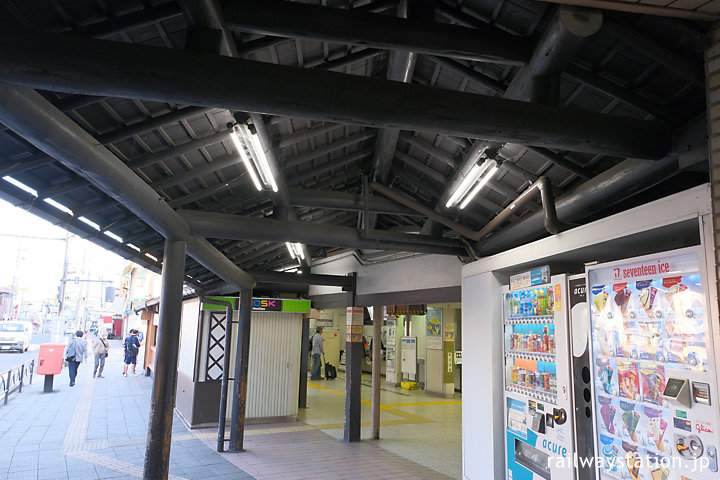 JR中央本線・日野駅、木の通路上屋