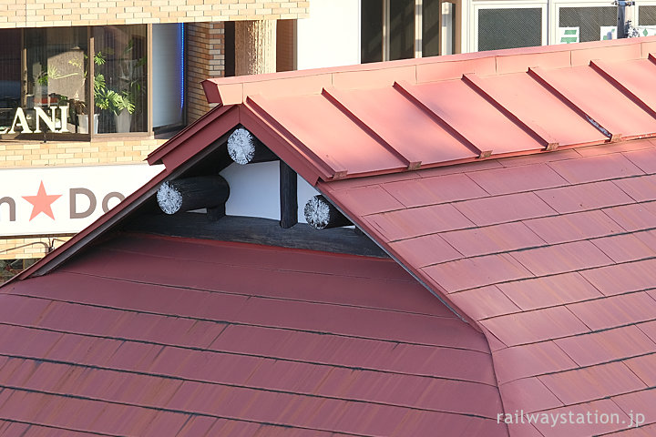 JR中央本線・日野駅、入母屋屋根の突き出た丸太の棟木