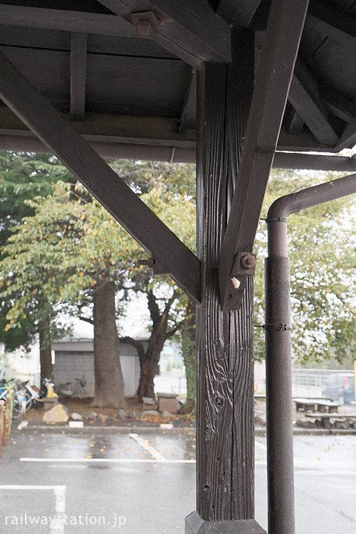 JR中央本線・日野春駅の木造駅舎、深い木目が刻まれた柱