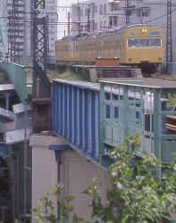 鶴見線に残る鶴見臨港鉄道、本山駅の廃駅跡を通過する103系電車