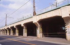 鶴見線の高架、鶴見臨港鉄道本山駅(本山前駅)があった付近