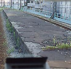 JR鶴見線、前身の鶴見臨港鉄道・本山駅廃駅跡、プラットホームを車内から