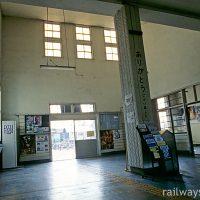奥羽本線・神町駅の木造駅舎、吹き抜けで広々とした待合室