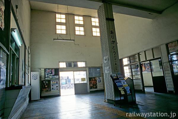 神町駅の木造駅舎、吹き抜けで広々としたエントランスホール