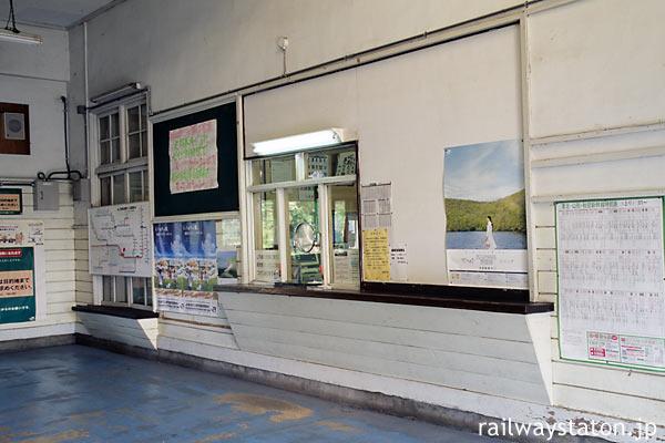 奥羽本線・神町駅、出札口(切符売場)と手小荷物窓口跡
