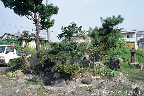 奥羽本線・神町駅、駅構内の池のある和風庭園跡