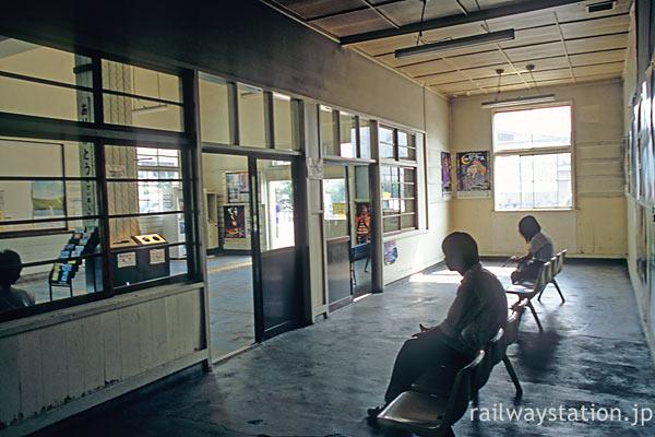 奥羽本線・神町駅、隣の待合室