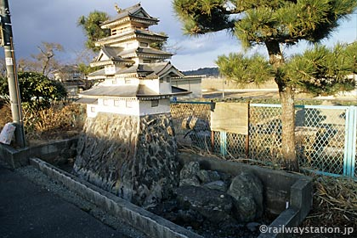 常磐線・木戸駅、2番ホーム上にあるお城のある枯池