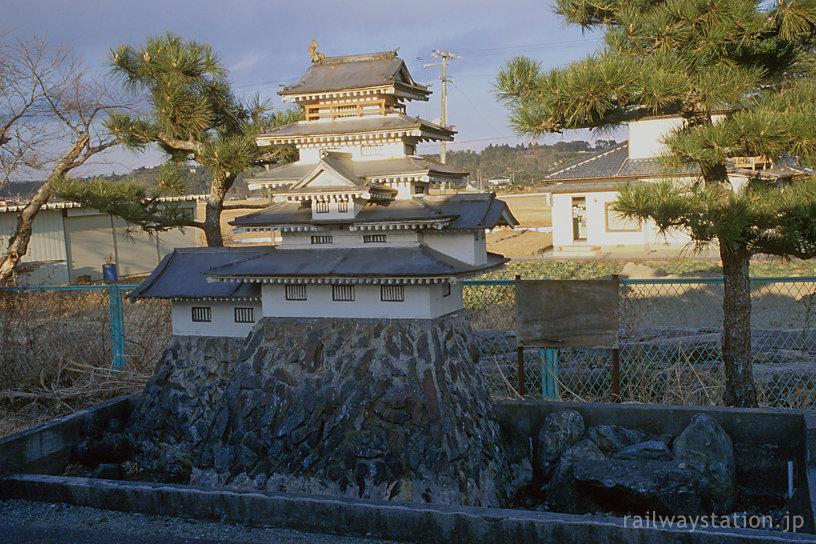 常磐線・木戸駅、2番ホームのお城がある池のある庭園跡