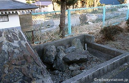 常磐線・木戸駅2番ホームお城のある枯池、石垣と注水口