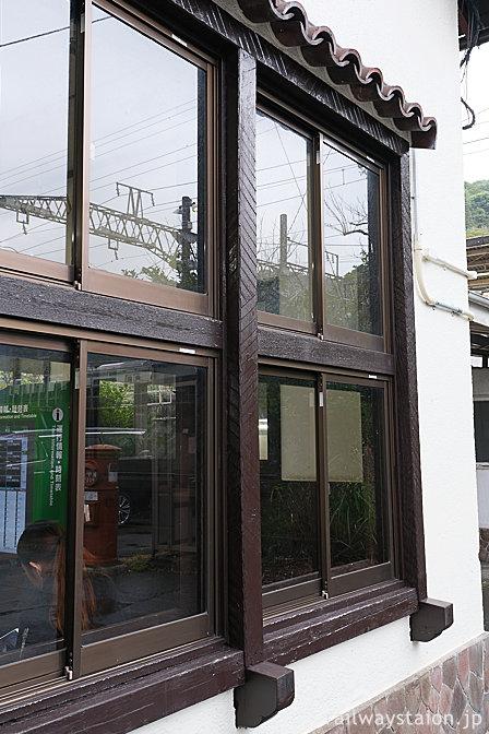 JR伊東線・来宮駅の木造駅舎、窓枠の洒落た装飾