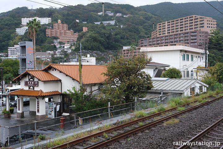 JR伊東線・来宮駅、駅舎と周囲の風景
