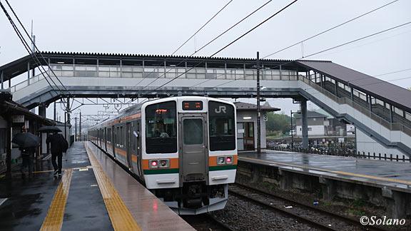 JR東日本・両毛線、国定駅に到着した国鉄型211系電車