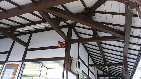 JR東日本・両毛線・国定駅、木の軒の造りが木造駅舎らしさ溢れる